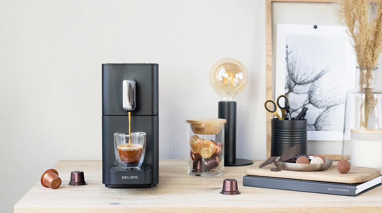 Delizio Carina Kaffeemaschine platzsparend auf einem Bürotisch